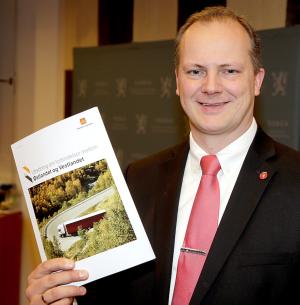– Et godt innspill, sa samferdselsminister Ketil Solvik-Olsen om rapporten har fikk overrakt. Foto Vidar Ruud / NTB scanpix