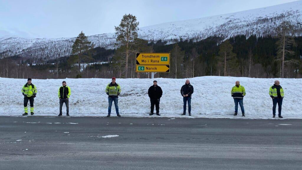 NOK ER NOK: Som ikke koronakrisa var nok. Disse vogntogsjåførene har ventet mer enn 24 timer på å komme over E6 på Saltfjellet. – Vi begynner å bli rimelig utålmodige og leie nå, sier Bjørn Erik Ovesen. FOTO: BJØRN ERIK OVESEN